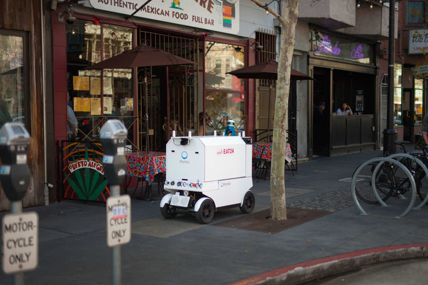 Yelp and Eat24 conducted a food delivery pilot bringing Marble's robots to San Francisco in 2017. (Image: Marble)